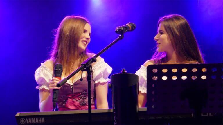 Partyband-Maedchenalarm-Jenny-und-Julia-am-Keyboard